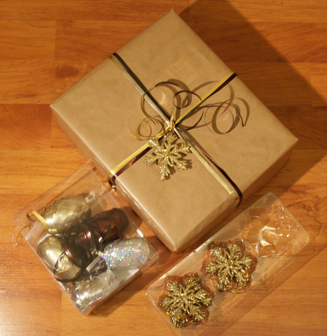 Brown paper Christmas wrapping idea brown and gold bows